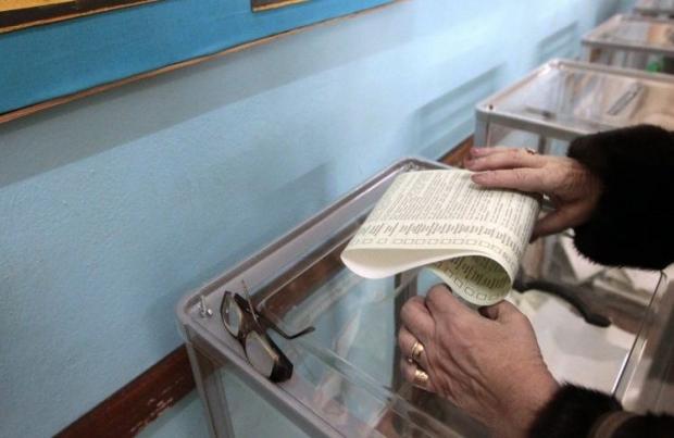 Большинство украинцев собираются голосовать за незапятнанного коррупцией кандидата