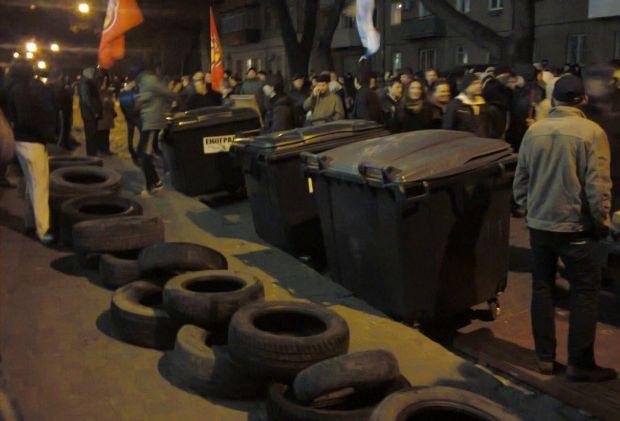 Под УСБУ в Одессе принесли автомобильные покрышки и угрожали их сжечь / odessa-life.od.ua