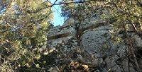 Крест на гранитной скале в Баксанском ущелье неподалеку от города Тырныауза в Приэльбрусье