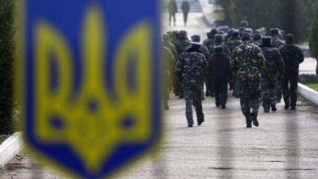 Українські військові залишають Крим / REUTERS