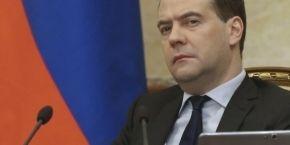 """Медведев угрожает реагировать """"без ограничений"""", если отключат SWIFT"""