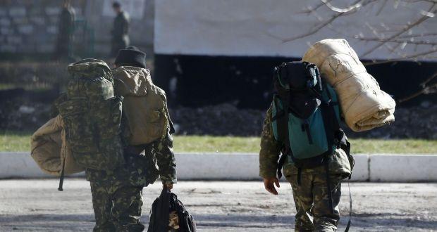Украинских солдат из Крыма обещают обеспечить жильем / REUTERS