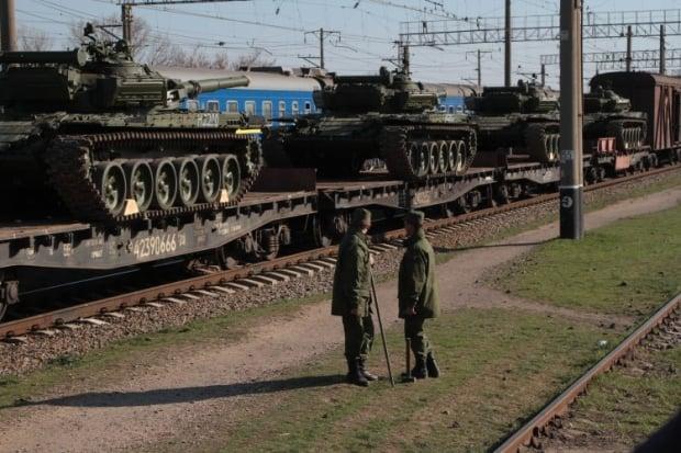 Военную технику и вооружения отправляют  железнодорожными ешелонами / фото УНИАН