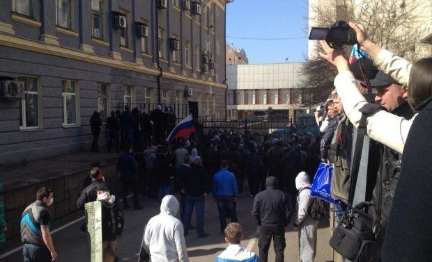 Сепаратисты штурмуют ОГА / Фото: Остров