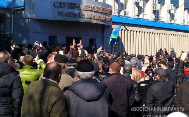 В Луганске сепаратисты штурмом взяли здание СБУ / v-variant.lg.ua