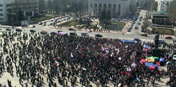 На фото - сепаратисткий митинг в Донецке / @evgenijevgik