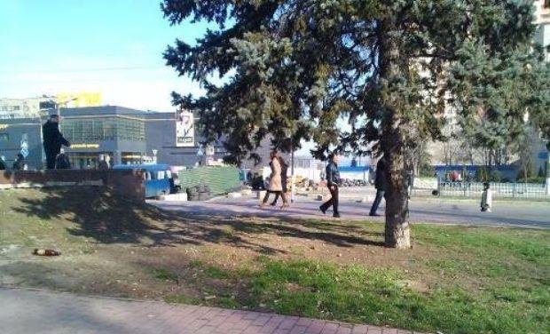 Separatists build barricades near SBU in Luhansk, highway is overwhelmed with tires/v-variant.lg.ua