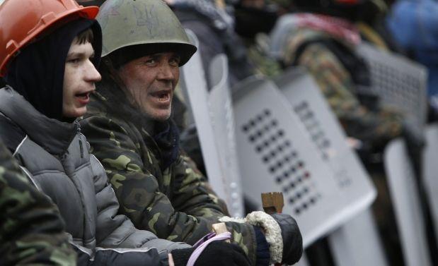 Самооборона никого не пускает в Кловский дворец / REUTERS