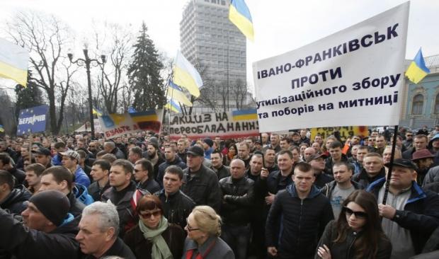 На фото - митинг под ВР против утилизационного сбора 27 марта
