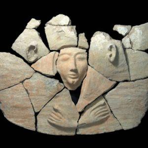 Археологи раскопали глиняный саркофаг цилиндрической формы с крышкой