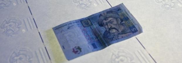 Украинцам советуют проверять подлинность купюр в банках / Фото УНИАН