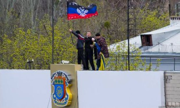 На фото - сепаратистский флаг в Краматорске / Фото Алексея Поддубного / hi.dn.ua