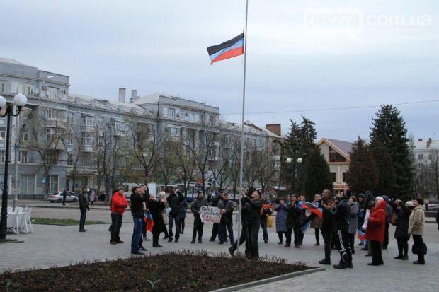 В Артемовске подняли флаг сепаратистов / 06472