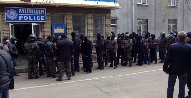 Захват райотделения милиции в Славянске / Фото Facebook: Андрей Дзиндзя