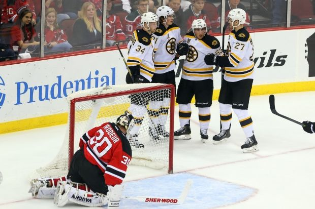 Игроки Бостона после заброшенной шайбы в ворота Нью-Джерси / Reuters