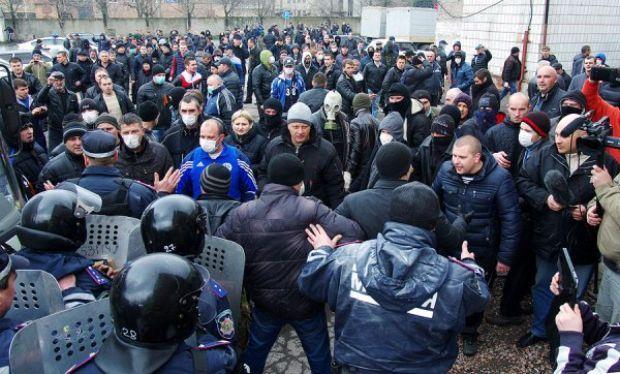 На фото - сепаратисты захватывают отделение милиции / Алексей Кравцов