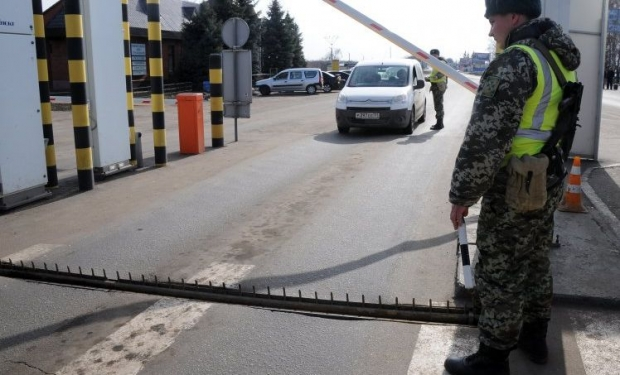 Ukraine reinforces border roadblocks by APCs and weapons