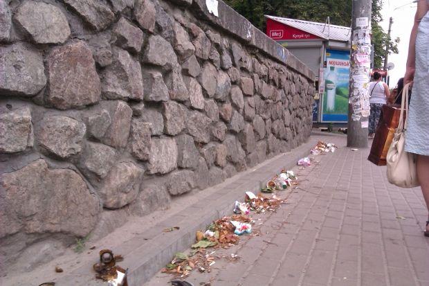 После днепропетровских взрывов 27 апреля 2012 году по всей стране начали убирать бетонные урны
