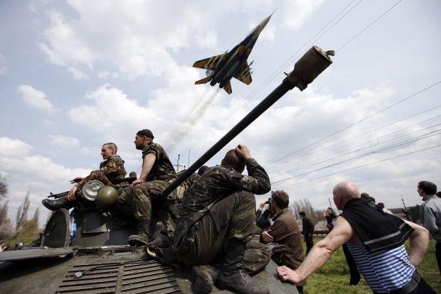 Пророссийские активисты захватили украинскую технику / REUTERS