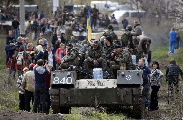 Местные жители блокируют украинскую военную технику в Краматорске / REUTERS
