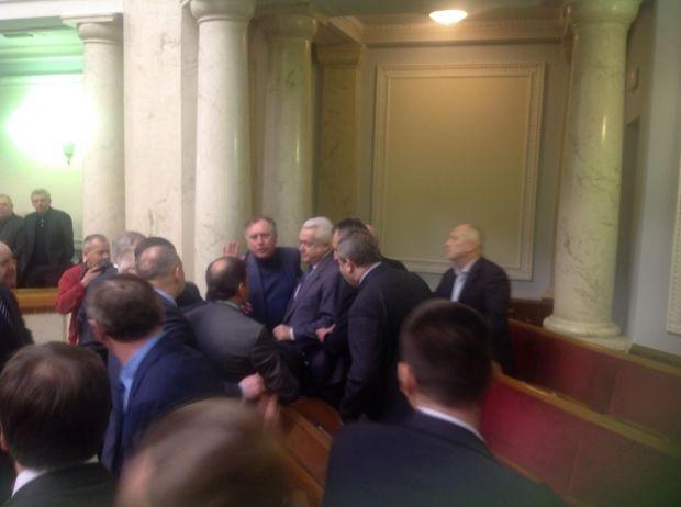 Депутати від ПР вивели із сесійної зали Олійника / Леонід Ємець