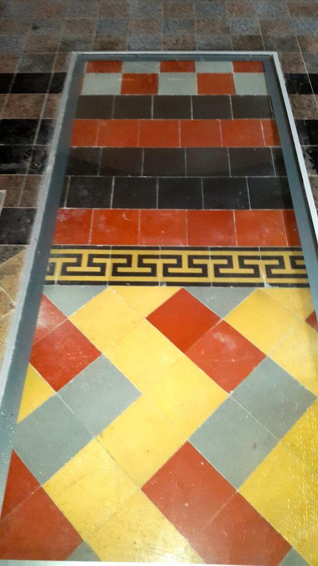 Під час реставрації відкрилися декілька шарів підлоги із керамічної плитки.