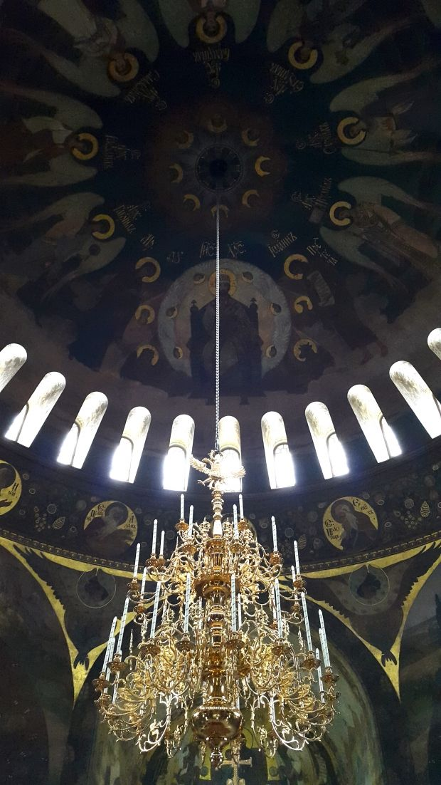Інтер'єр церкви доповнює бронзове посріблене панікадило вагою 1200 кг.