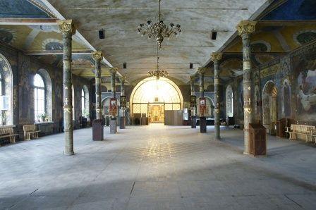 По центру Трапезної палати до реставрації була біла стеля
