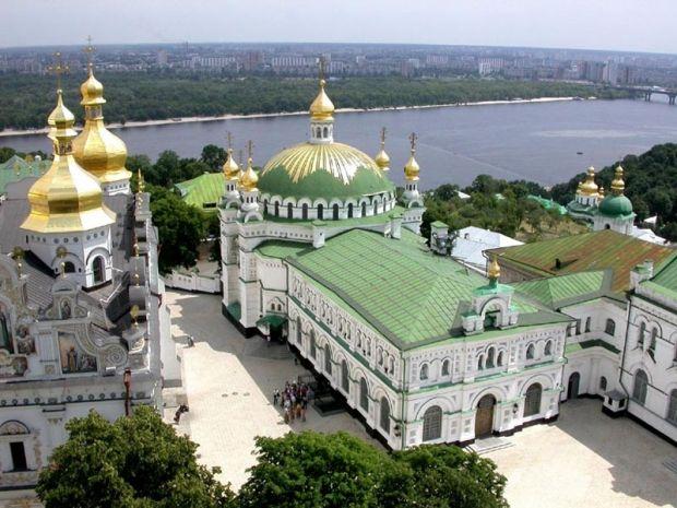 Трапезна церква була освячена в ім'я преподобних Антонія та Феодосія в 1895-му році. Церква нагадує давні храми Візантії.
