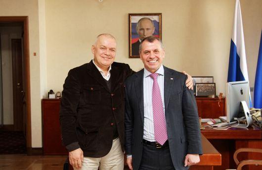 Киселев и Кнстантинов на фоне портрета президента РФ Владмира Путина / Фото: пресс-служба нелегитимного парламента Крыма