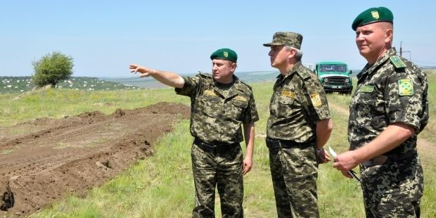 Ukrainian border guards dig antitank ditches on border with Russia/ dpsu.gov.ua