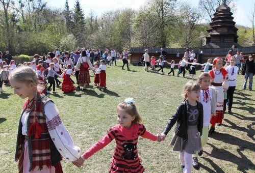 Діти водять хороводи під час фестивалю «Великдень в гаю» в Музеї народної архітектури та побуту «Шевченківський гай»,