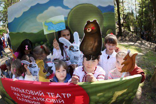 Ляльковий театр під час фестивалю «Великдень в гаю» в Музеї народної архітектури та побуту «Шевченківський гай»