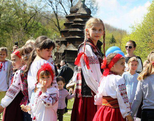 Діти в українських національних костюмах