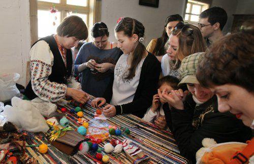 Майстер-клас з виготовлення ляльки-мотанки під час фестивалю «Великдень в гаю» в Музеї народної архітектури та побуту «Шевченківський гай»