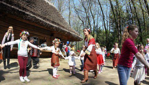 Діти водять хороводи під час фестивалю «Великдень в гаю» в Музеї народної архітектури та побуту «Шевченківський гай»