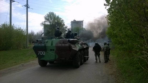 Ukrainian soldiers on APC break through roadblock of separatists near Slaviansk/Piotr Andrusieczko / Facebook