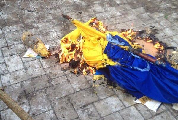Сепаратисти спалили український прапор / @ostro_v