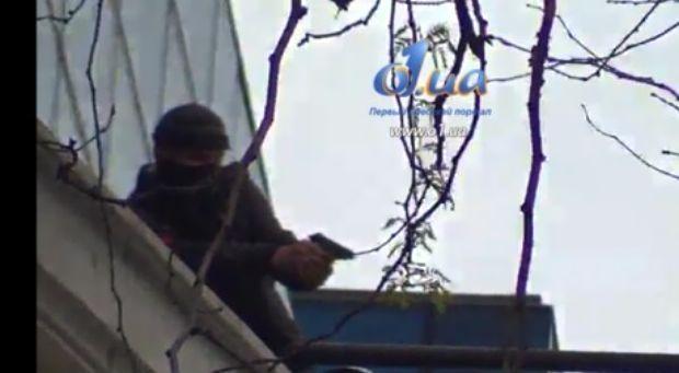 Боевик с крыши стреляет по проукраинским активистам / o1.ua