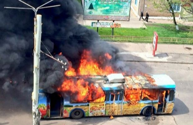Подожжен троллейбус в Краматорске / Lifenews.ru