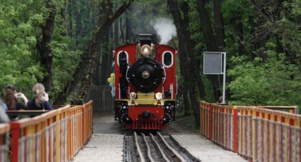 Детский поезд курсирует между станциями «Яблонька» и «Вишенка» / Фото УНИАН