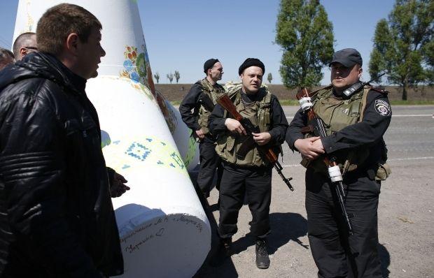 Ukrainian soldiers mount 10 roadblocks around Mariupol/REUTERS