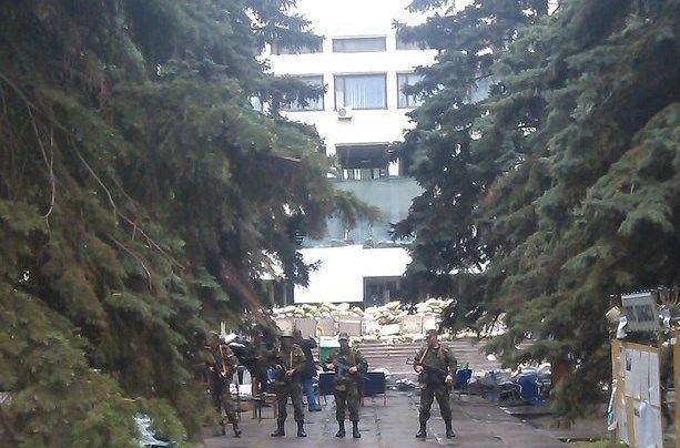 Сепаратисты у здания горсовета в Мариуполе