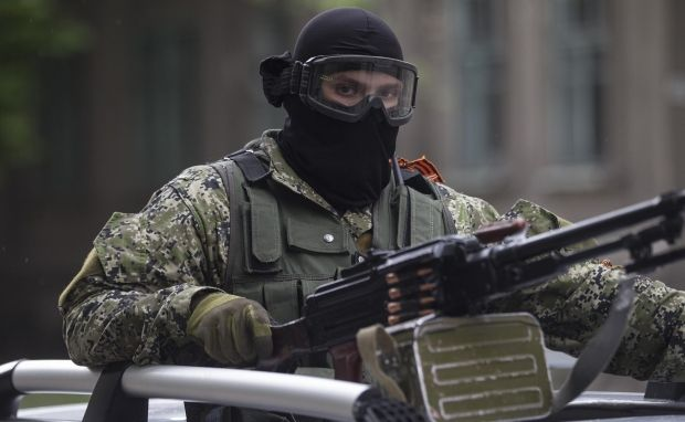 At entrance to Donetsk terrorists block road, drive armored personnel carrier and taking positions on rooftops/REUTERS