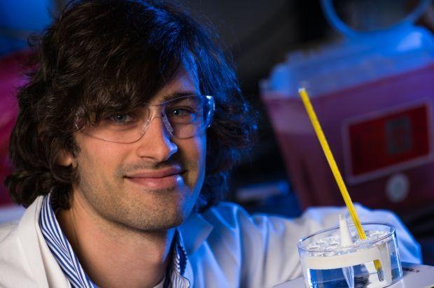 Брендан Уотсон и его изобретение. Фото: news.rice.edu
