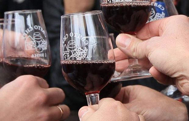 Красное вино в умеренных количествах полезно для здоровья / Фото: УНИАН