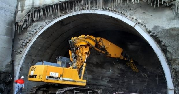 Работы по строительству Бескидского тоннеля ведутся круглосуточно / Фото УНИАН