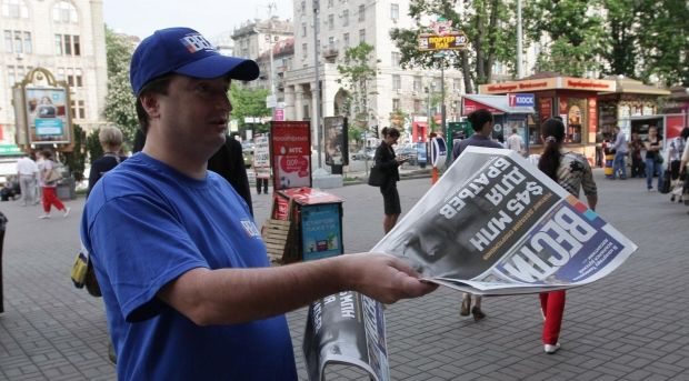 Игорь Гужва раздает свою газету / facebook.com