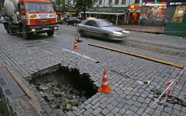Обвалившаяся брусчатка на ул. Богдана Хмельницкого / Фото УНИАН