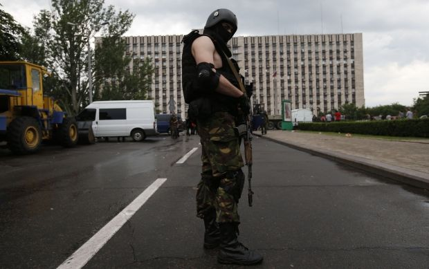At night terrorists fire at roadblock of ATO near Slaviansk/REUTERS